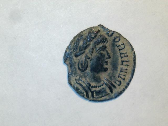 AE4 de Teodora. PIETAS-ROMANA. Pietas estante de frente. Ceca Trier. 6_14m