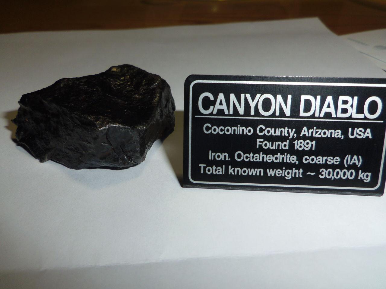 Fragmento del meteorito que cayo en el Cañón del Diablo (Arizona, U.S.A.) Meteorito_con_placa