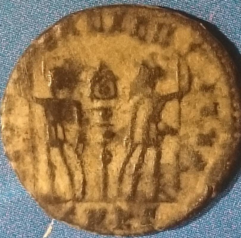 AE4 de Constantiino II. GLOR-IA EXERC-ITVS. Estandarte entre dos soldados. Ceca Cyzicus. DSC_0002