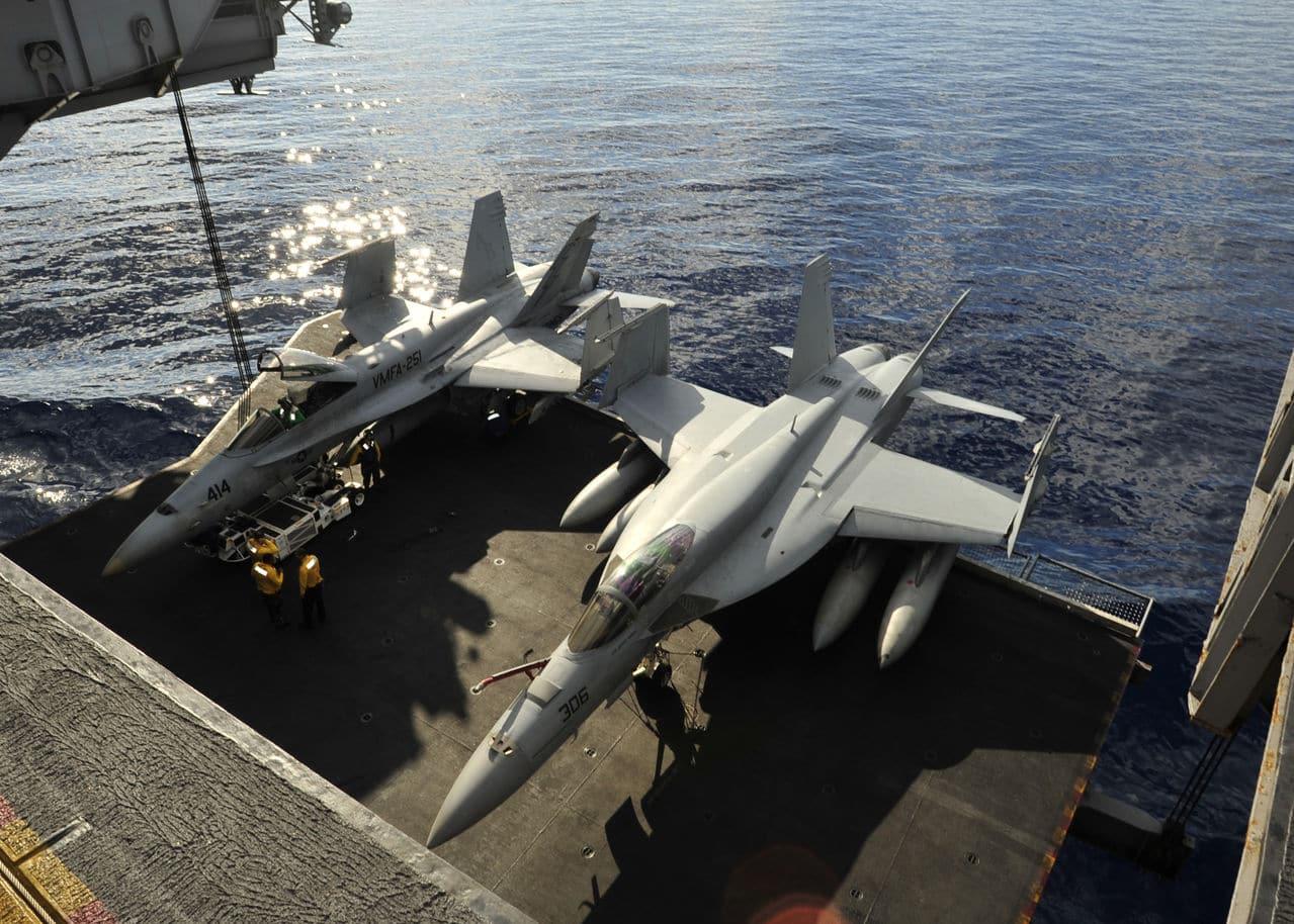f/a-18c hornet academy 1/72 - Σελίδα 2 US_Navy_101019_N_0569_K_017_An_F_A_18_C_Hornet_le