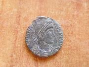 AE2 de Magno Máximo. REPARATIO REIPVB.  Arlés P1410547