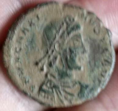 AE3 de Magno Máximo. REPARATIO – REIPVB. Emperador estante de frente y mirando a izq. Ceca Arles. 10a618f4_94de_4e5d_822d_2a4213aa6594_2