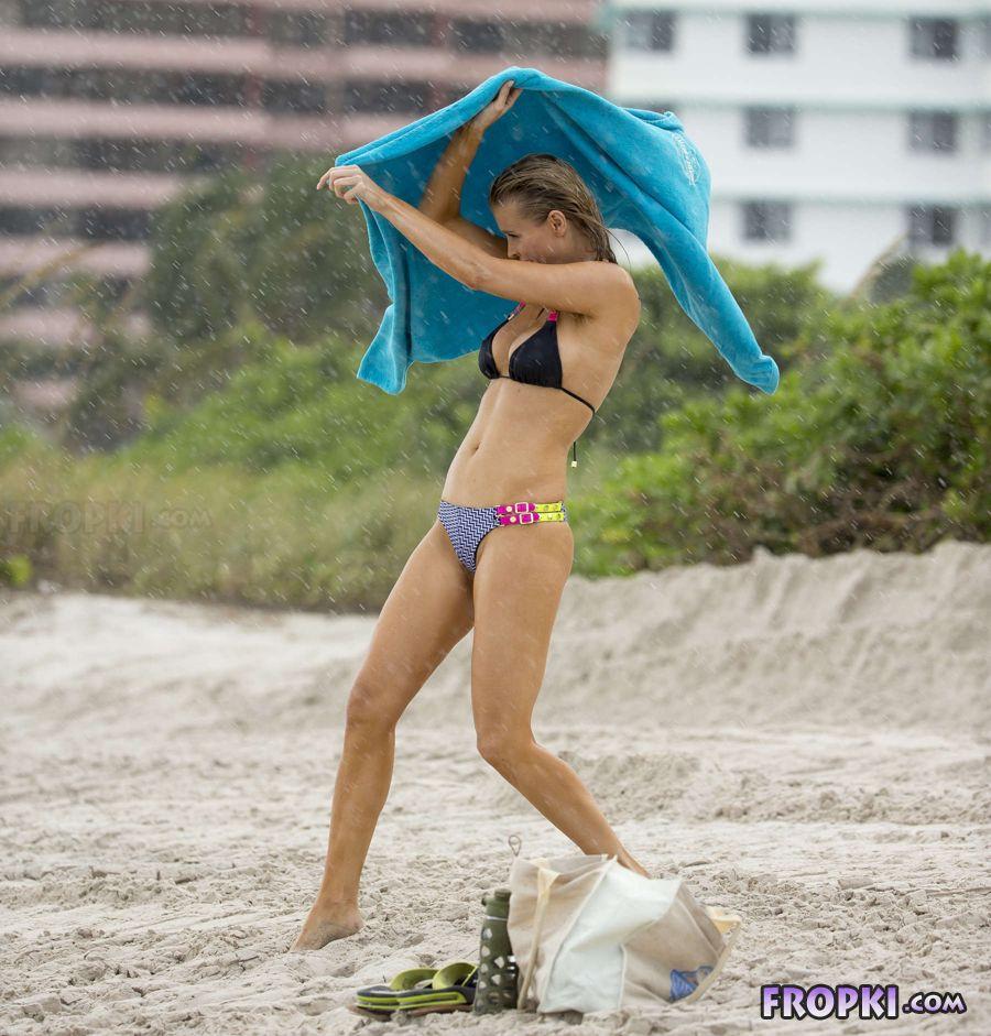 Joanna Krupa in bikini at a beach in Miami (Aug'13) Joanna_Krupa_Fropki_10