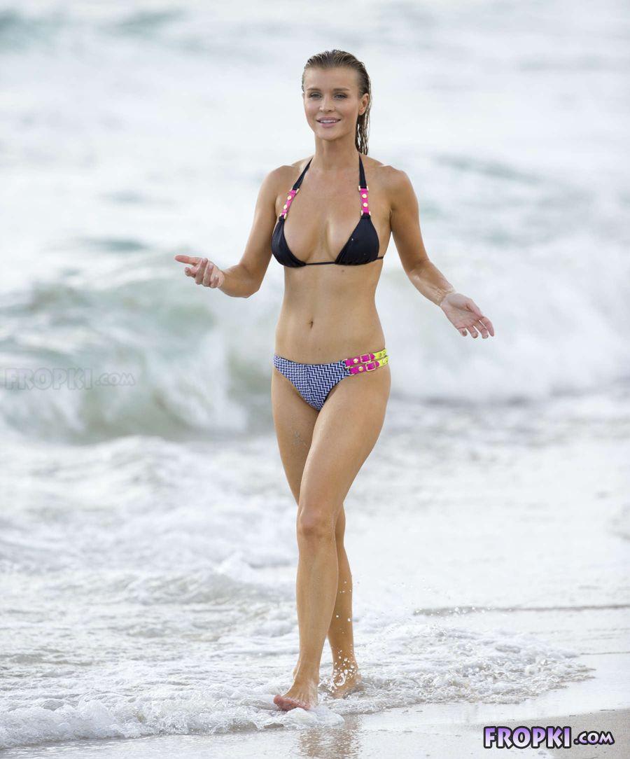 Joanna Krupa in bikini at a beach in Miami (Aug'13) Joanna_Krupa_Fropki_09