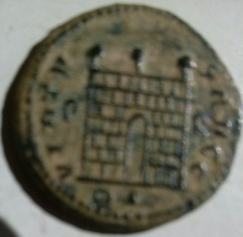 AE3 de Constantino I Magno. VIRTV-S AVGG. Puerta campamento. Ceca Roma. 11614fbf_35b6_4f84_bfc5_18eb99786b36_2