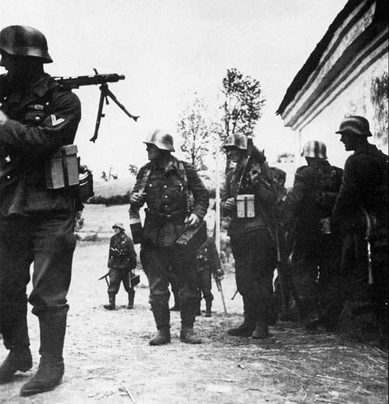 casco - Mis apuntes de WWII - Página 3 Un_grupo_de_granaderos_de_la_4_Divisi_n_Panzer_a