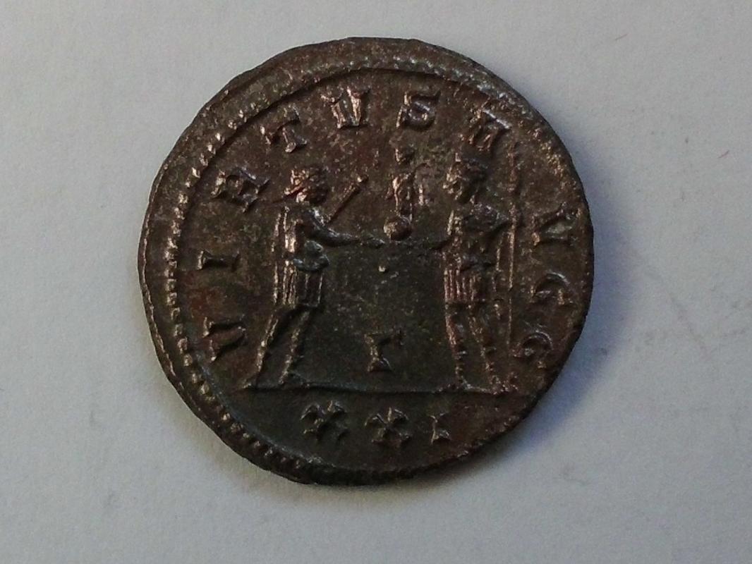 Aureliano de Carino. VIRTVS AVGG. Emperador y Júpiter. Antioquía CIMG3363