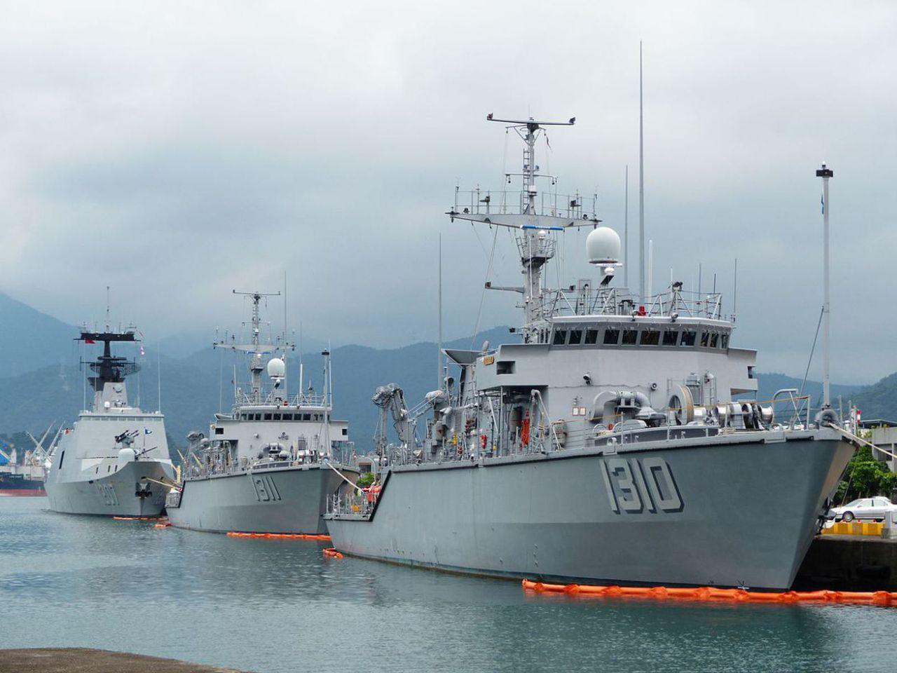 Taiwan ya adquirio y desarrollo  equipo militar propio para contra-restar el rapido crecimiento de armas en China 1280px_ROCN_Yung_Jin_MHC_1310_Yung_An_MHC_1311_a