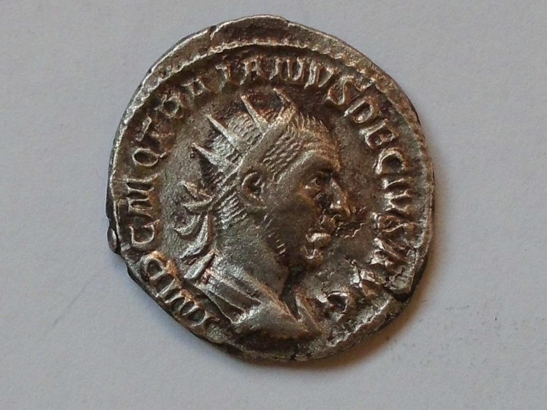 Antoniniano de Trajano Decio. ADVENTVS AVG. Trajano Decio a caballo a izq. Roma. CIMG3311