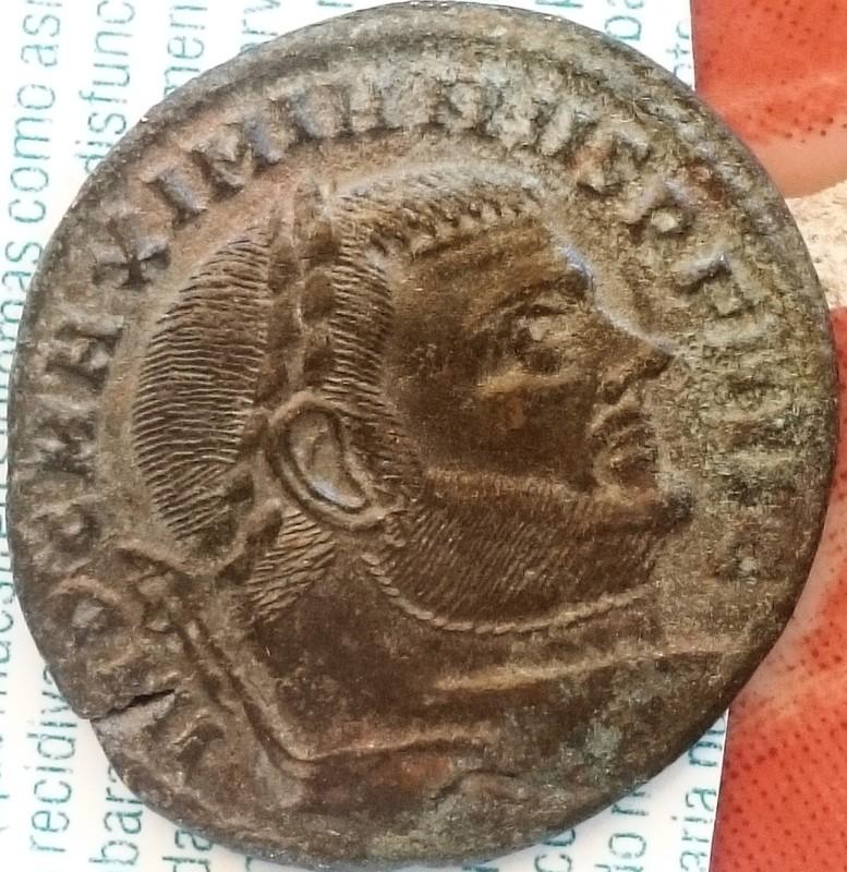 Follis de Maximiano Hércules. CONSERVATORES VRB SVAE. Roma sedente dentro de templo hexástilo. Ceca Roma. DSC_0003