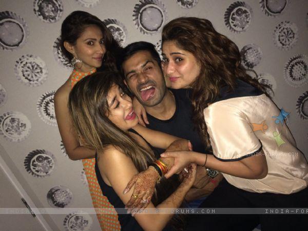 მსახიობები და მათი მეგობრები - Page 2 353056_tina_dutta_makes_crazy_faces_at_the_get_t