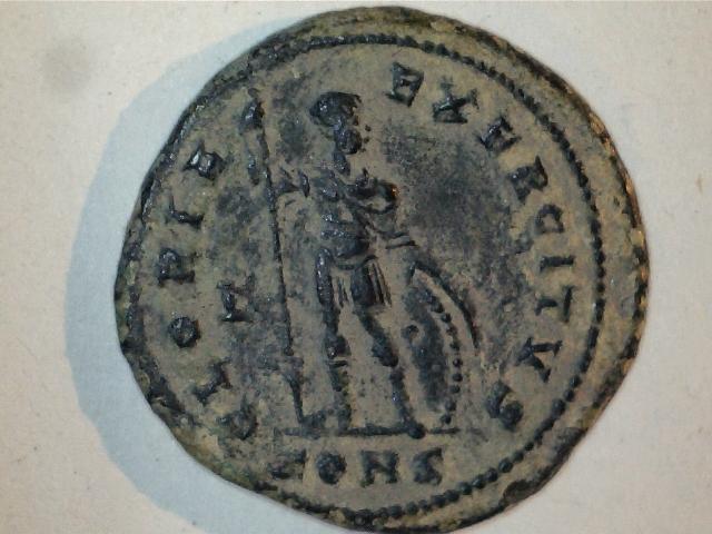 AE3 de Constantino I. GLORIA-EXERCITVS. Ceca Constantinopla. Image