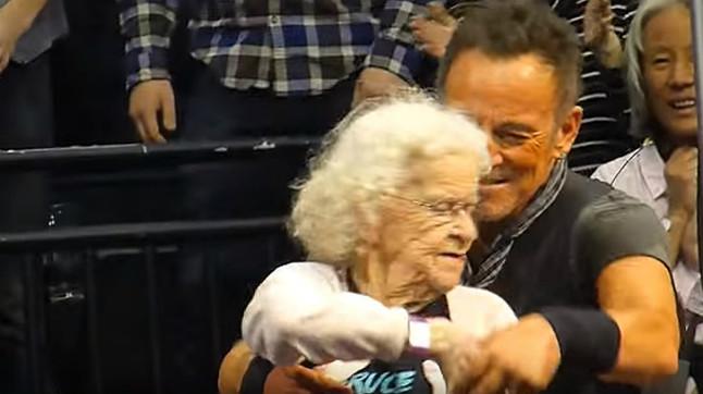 Ir a conciertos puede hacerte vivir más  Bruce_anciana