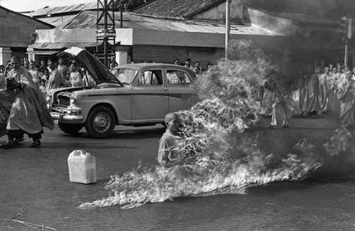 Martyrs bouddhistes: L'art de suicide Moine2