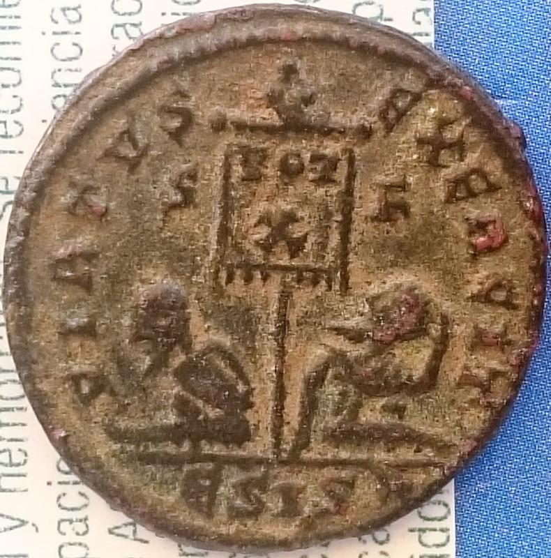AE3 de Constantino II. VIRTVS EXERCIT. Vexilium con linscripción VOT X; debajo cautivos. Ceca Siscia.  DSC_0020