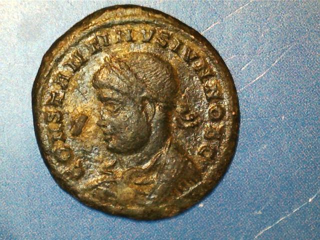 AE3 de Constantino I Magno. PROVIDEN-TIAE CAESS. Puerta de campamento de dos torres. Ceca Trier. 2017_03_21_0003_0_X