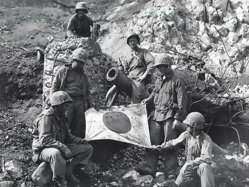 casco - Mis apuntes de WWII Captured_Japanese_flag_on_Iwo_Jima