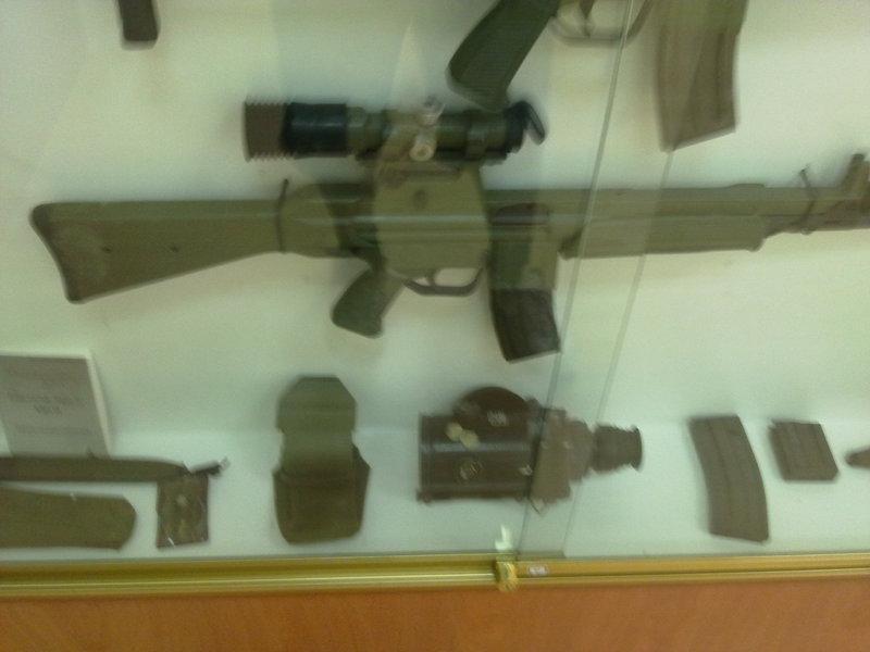 Desviador recogevainas para CETME L-LC  Museo_Artilleria_Cartagena_004