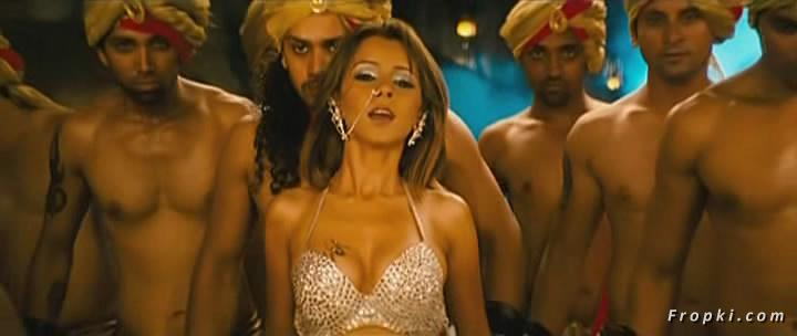 Arti Chabria enjoyed by extras in item song Arti_Chabria_Dance_1