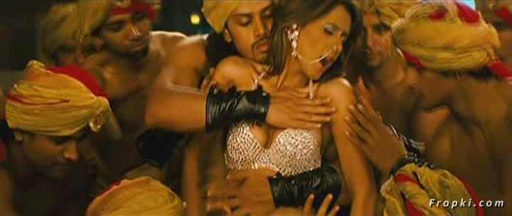 Arti Chabria enjoyed by extras in item song Arti_Chabria_Dance_5