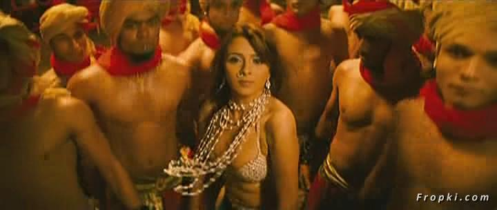 Arti Chabria enjoyed by extras in item song Arti_Chabria_Dance_8