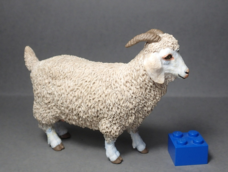 Five fantastic, fuzzy farm figures from Papo !!! :-D Fuzz_Goat2