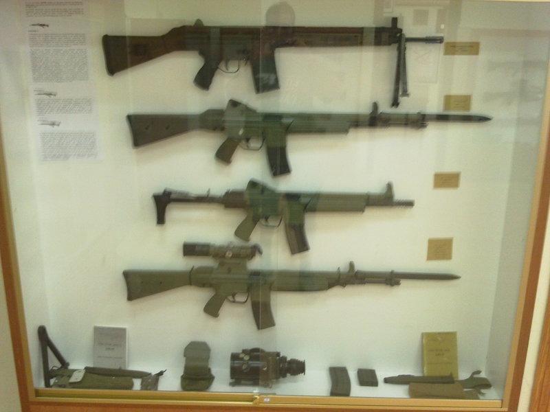 Desviador recogevainas para CETME L-LC  Museo_Artilleria_Cartagena_003