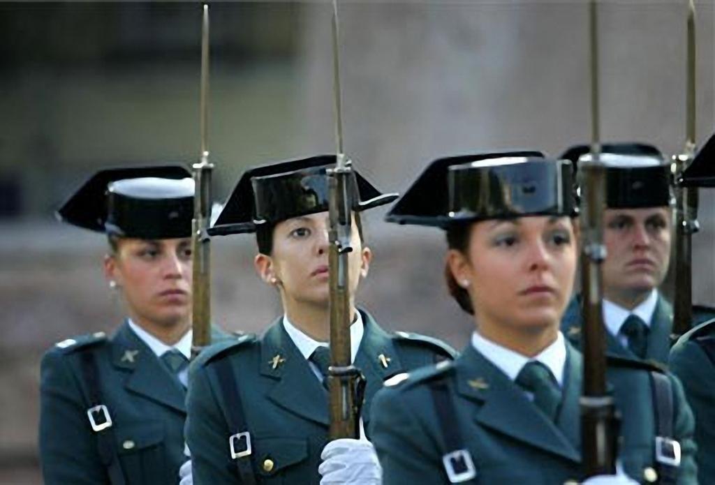 """Bayoneta CETME C para la Guardia Civil y """"de Exportación"""". Diferencias. El_Periodico_Extremadura20080623_GCbayo_Gala_002"""