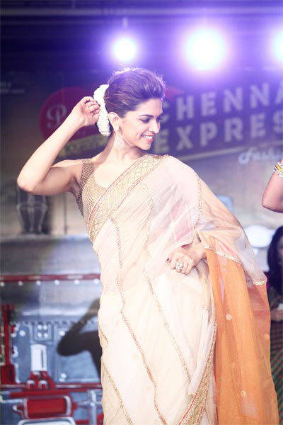 All aboard Chennai Express with SRK, Deepika Msid_21646806width_614height_630_cms