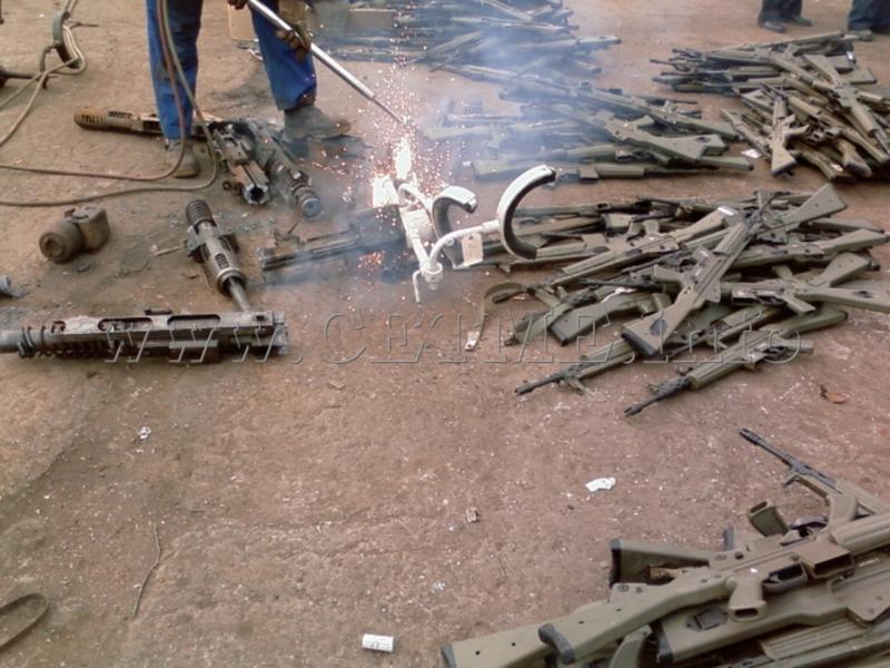 FOTOS DE DESTRUCCION DE DIFERENTES MODELOS DE CETME Y OTRAS ARMAS DEL PATRIMONIO DESTRUCCION_CETMEs_010408_120021_008_Copia_de