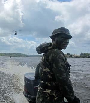 Sucateado, Exército não teria como responder a guerra, dizem generais Soldado_barco_helicoptero_t