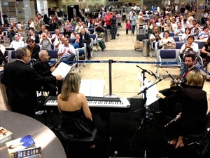 aeroporto - [Brasil]Quinteto interpreta clássicos do cinema no aeroporto de Viracopos, em Campinas (SP)  Quinteto