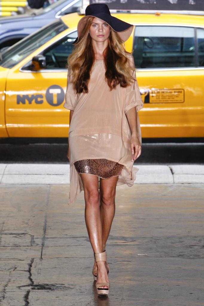 Гардероб наших леді в колекціях fashion дизайнерів - Страница 3 3eda43157f73139fffef78b7ec811f52