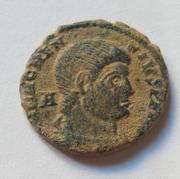 AE3 de Magnencio. GLORIA ROMANORVM. Emperador a caballo alanceando a enemigo. Image