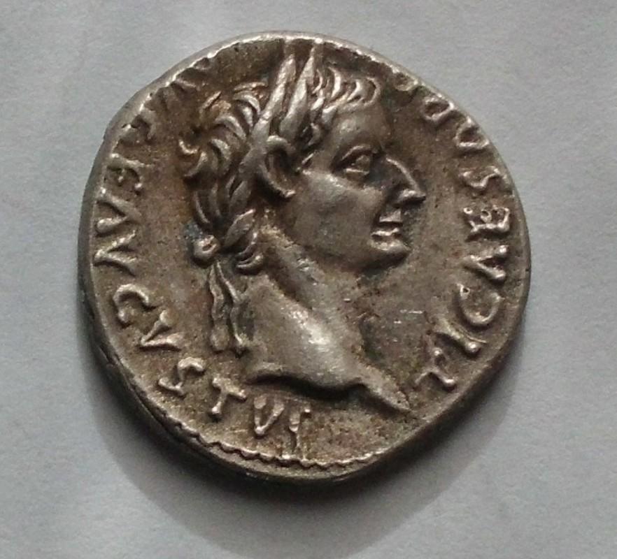 Denario fundido de Tiberio PONTIF MAXIM Livia sedente a dcha. Ceca Roma. CIMG3038