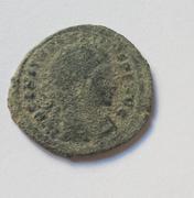 Nummus de Constantino I. SOLI INVICTO COMITI. Sol estante a izq. Folis1