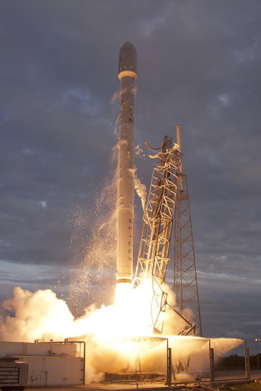 Lancement Falcon 9  / Thaicom 6 - 6 janvier 2014  - Page 3 Falcon9thaicomlaunchpadclose