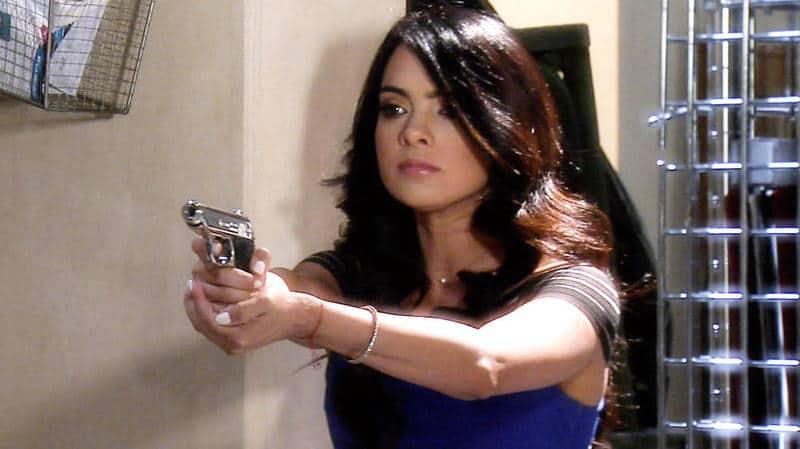 Scarlet Gruber / სკარლეტ გრუბერი - Page 3 Scarlet_gruber_apuntando_una_pistola_en_tierra_d