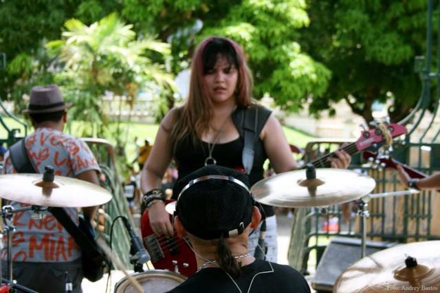 Fotos de mulheres tocando baixo. TOPICO PARA CONEXOES RAPIDAS - Parte II - Página 12 Camila_1