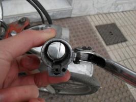 Como meto el cable del acelerador??? Thump_1317625sdc10808