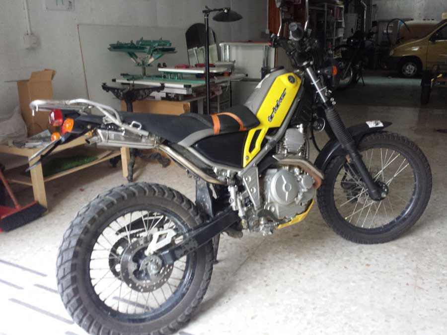 Sale la fierecilla que lleva la Tricker dentro Moto1