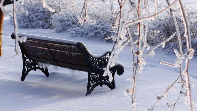 klupa nekoga čeka - Page 5 Bench_in_the_freezing_winter