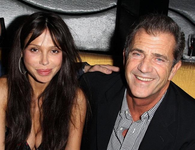 Mel Gibson - Página 2 Mel_Gibson_And_Oksana_Grigoriev_Upskirt_Cleavage