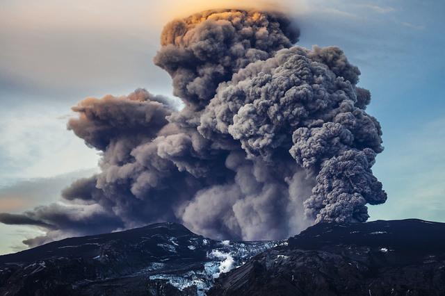 Vulkani - Page 3 Volcano_smoke_eruption_iceland