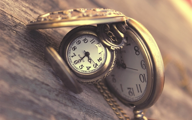 Tacno vreme-SAT - Page 2 Girl_holding_vintage_clock_in_her_hand_hd_wallpa