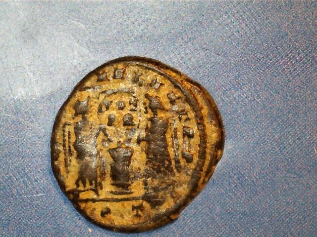 AE3 de Constantino I Magno. VICTORIAE LAETAE PRINC PERP. Dos Victorias estantes de frente, portando escudo. Ceca Ticinium. 2017-03-27_0006_0_X