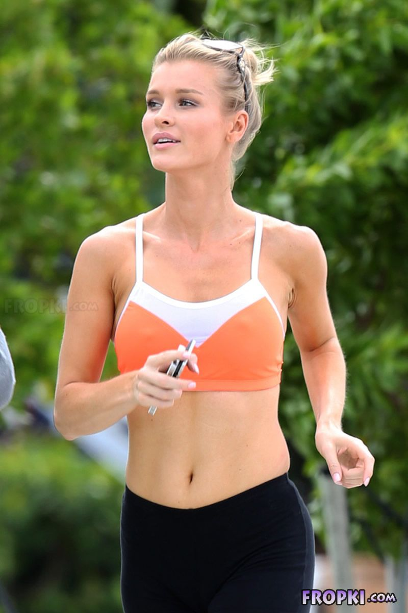 Joanna Krupa and Romain Zago out for a jog Joanna_Krupa_Fropki_17
