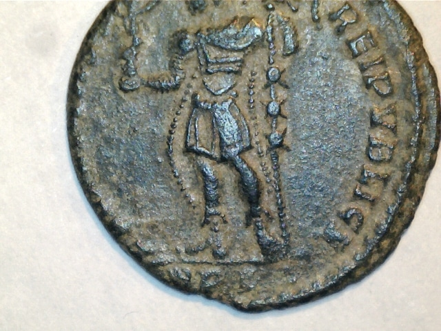 AE2 de Magnencio. FELICITAS REI PVBLICE. Emperador estante a izq. Ceca Lugdunum. Image