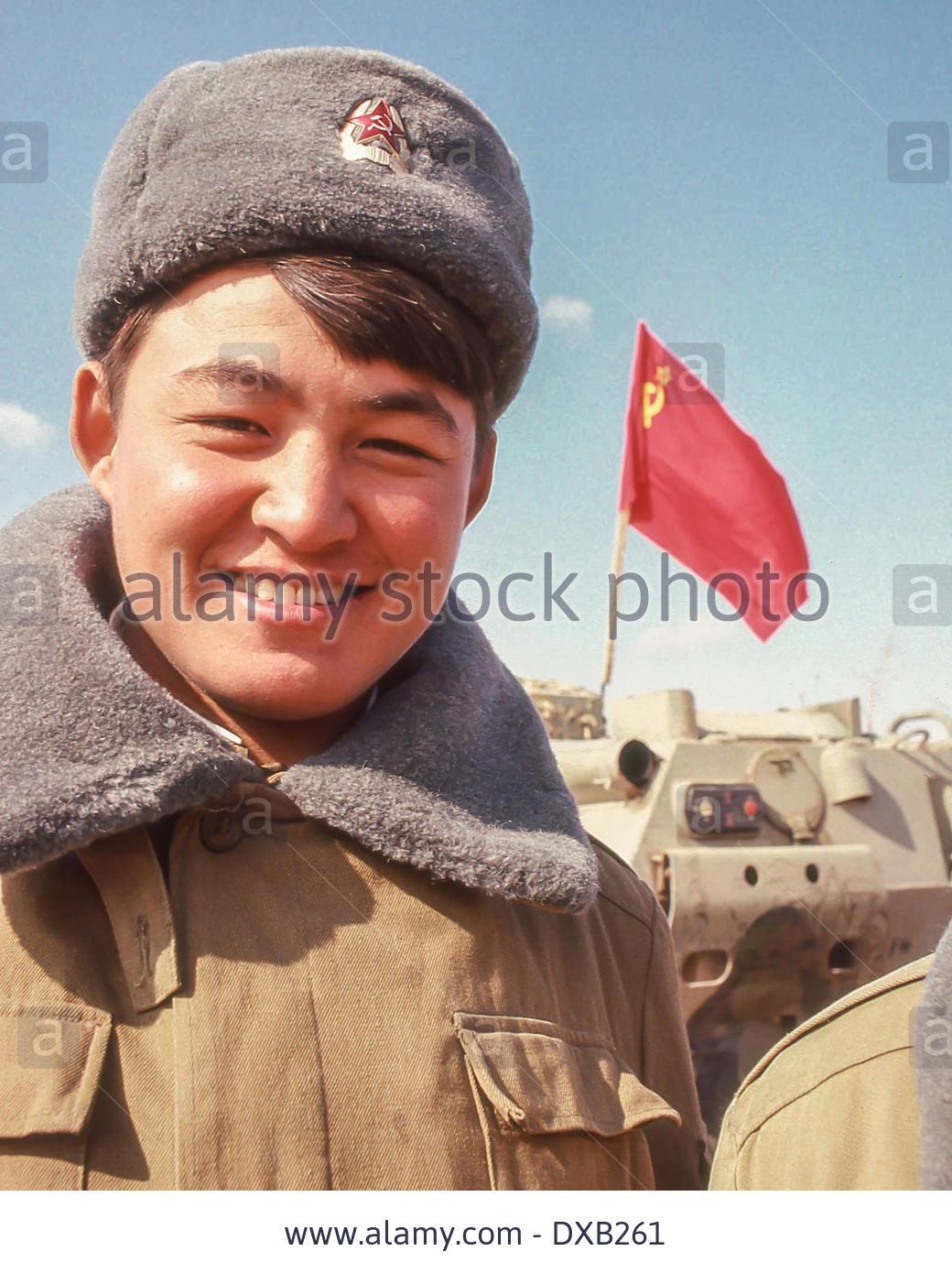 Soviet Afghanistan war - Page 5 Feb_16_1989_termez_uzbekistan_ru_a_smiling_sovie