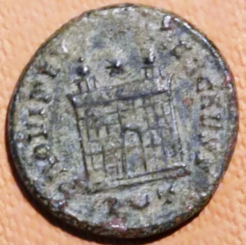 AE3 de Constantino II. PROVIDEN-TIAE CAESS. Puerta de campamento de dos torres. Ceca Ticinium. IMG_20170712_174657